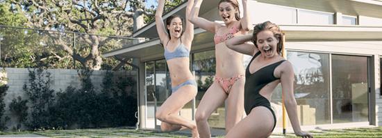 Trei fete în costume de baie distrându-se.