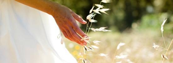 Imagine cu o femeie pe un câmp. Imaginea ilustrează modul în care ne străduim să garantăm procese de producţie sustenabile şi să protejăm mediul.