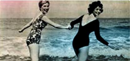 Imagine cu două femeie în costume de baie, care se ţin de mână. Imaginea este veche şi ilustrează revoluţia feminină.