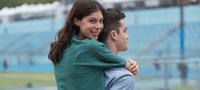 Fotografia conține un cuplu de tineri care se află pe stadion. Imaginea ilustrează că O.B. te informează în legătură cu tot ce ar trebui să știi despre absorbantele zilnice.